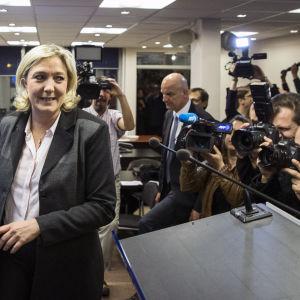 Marine Le Pen anländer till Front nationals högkvarter för att hålla segertal.