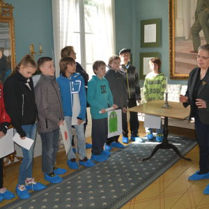 Elever från Svartå skola lyssnar på Kerstin Ilander