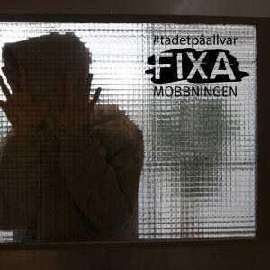 Rädd person bakom glas