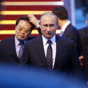 Vladimir Putin anländer i Shanghai
