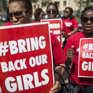 Nigerianska kvinnor demonstrerar i Kenya.