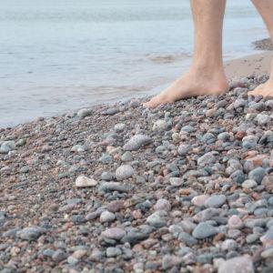 Fötter vid havet.