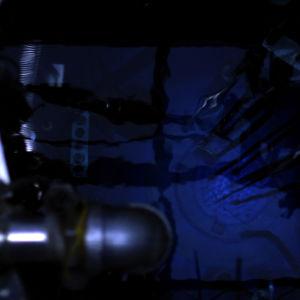 Otaniemen tutkimusreaktorin sydän hohkaa sinisenä.