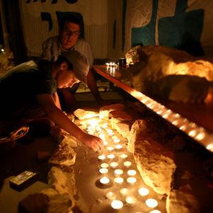 Israeler tänder ljus för de tre dödade israeliska pojkarna 30 juni 2014.