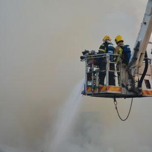 Brandmän släcker en brand.