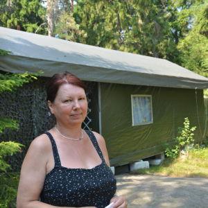 """Vira Wirén utanför """"skjulet hon och hennes man byggt i Bjurs"""