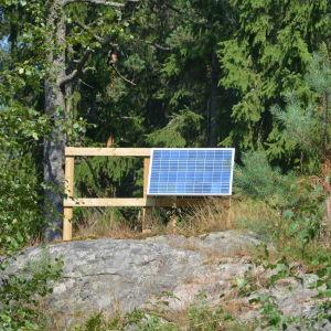 Solpanel i skogen i Bjurs, Ingå