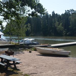 Vid bryggan kan man hyra en roddbåt