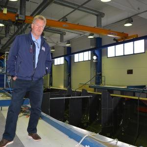 Operativt ansvarige vid Nautor, Kjell Westö, framför den nya 115 fotaren