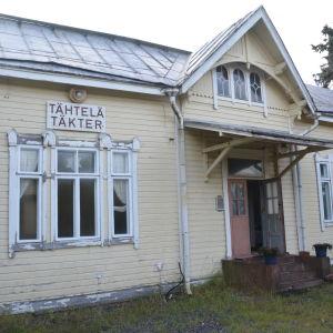 Täkter gamla stationshus i Ingå som byarådet hyr.