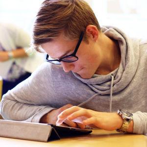 En elev som använder en pekplatta.