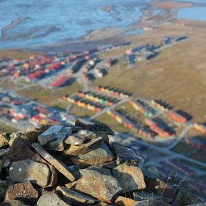 Longyearbyen uppifrån ett berg