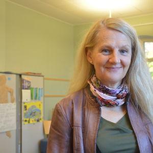 Barnboksförfattaren Gudrun Wessnert, fotad under ett besök i Billnäs skola i Raseborg.