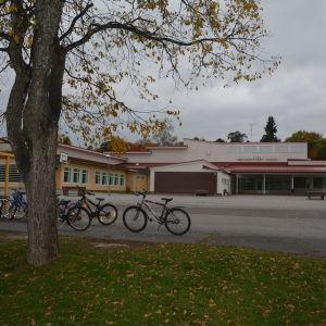 I Hakarinteen koulu i Ekenäs går nästan 200 barn och unga.