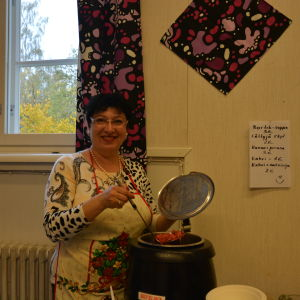 Polina Mogislevskaja kokar Borschsoppa vid Mira huset i Vasa