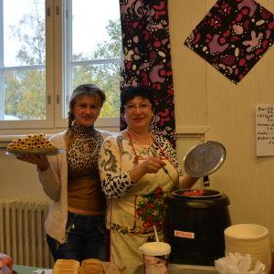 Olena Bezuhlova och Polina Mogislevskaja serverar ryska delikatesser vid Mira huset i Vasa