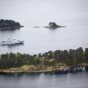 HMS Koster spanar i den svenska skärgården.