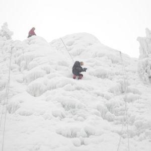 Tom Nylund klättrar på ett isfall.