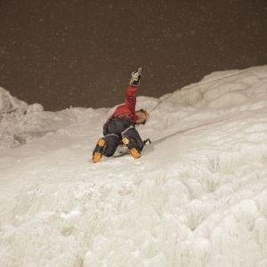 Tom Nylund på isklättringsäventyr i Pyhä.