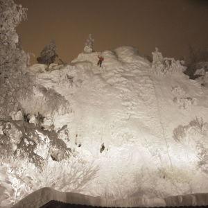 Mörkret lägger sig över Pyhä, när Tom Nylund isklättrar.