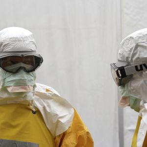 besökare på väg in i högriskzonen på ebolacentret i Monrovia