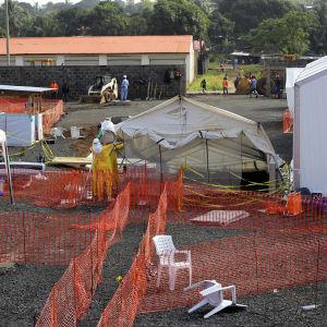 Olika zoner på ebolacentret i Monrovia. Patienterna får malariamedicin, antibiotika, paracetamol och multivitaminer i kampen mot ebola