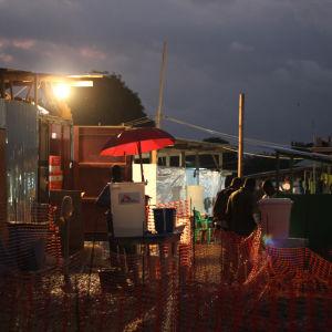 Patienter köar till ebolacentret i Monrovia, Liberia. Sedan augusti har centret varit så fullt att 20-30 patienter har blivit utan plats varje dag.