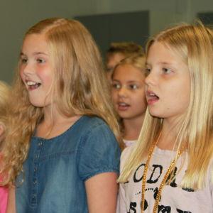 Kirkkonummen musiikkiluokkalaiseet laulavat