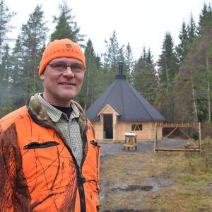 Marco Lehtikangas från Ekenäs jaktvårdsförening med föreningens grillkåta i bakgrunden.