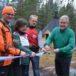 Den nya grillkåten invigs i Ekenäs. Från vänster Marco Lehtikangas från Ekenäs jaktvårdsförening, Anne Forsström från OK Raseborg, Owe Backman från Österby sportklubb och stadsdirektör Mårten Johansson.