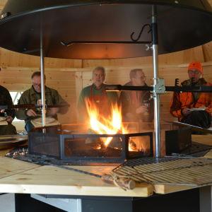 Folk äter i den nya grillkåtan i Västerby friluftscentrum.