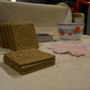 Kaklen dekoreras med hjälp av spetsdukar.