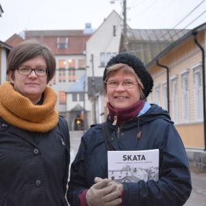 Skatabokens redaktör Heidi Jylhä och Stadsdelsföreningen Skata r.f.:s ordförande Monica Borg-Sunabacka
