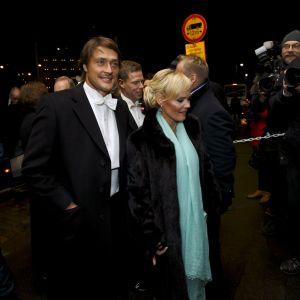 Teemu Selänne och hans fru Sirpa anländer till slottsbalen.