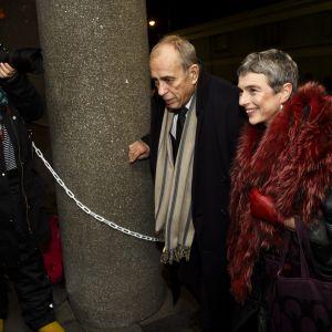 Jörn Donner och Bitte Westerlund anländer till slottsbalen.