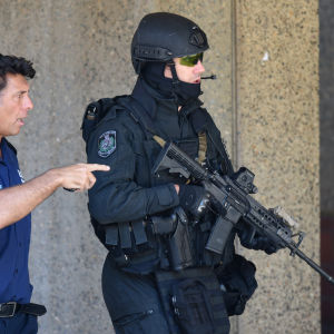 Polisen i arbete under gisslandramat i affärsdistriktet i centrala Sydney.