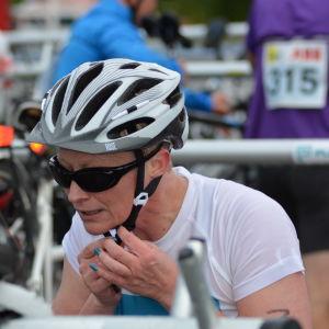 Anna Kultalahti gör sig klar för cykeletappen i Sun City Triathlon