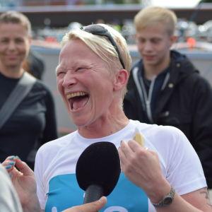 Lycka efter målgång för Anna Kultalahti, en av deltagarna i Mitt triathlon