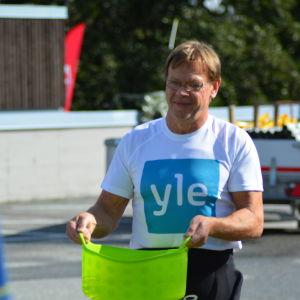Stig Andersson förbereder sin växlingsplats vid Sun City Triathlon