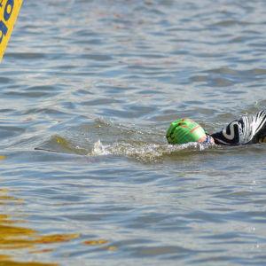 Stig Andersson avverkar simsträckan i Sun City Triathlon