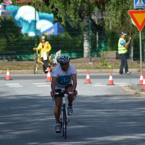Stig Andersson cyklar på i Sun City triathlon