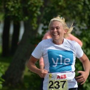 Sandra Sundvik löper med ett leende på läpparna