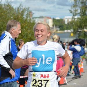 Sandra Sundvik kommer i mål efter sitt livs triathlon