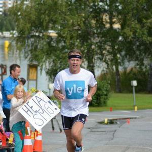 Stig Andersson kommer i mål i Sun City triathlon
