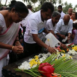 Släktingar minns sina kära i Peraliya, Sri Lanka.
