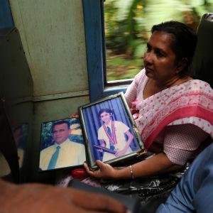 Lankesisk kvinna som förlorade sin man och dotter i tsunamin reser med tåg till Peraliya. Det gjorde också mannen och dottern 2004 när flodvågen träffade samma tåg och kostade dem livet.