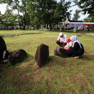 Bönestund vid en massgrav i Aceh, Indonesien.