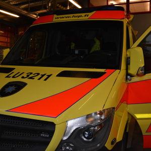Västra Nylands räddnignsverks ambulans på Ekenäs brandstation.