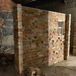 Bakom den här väggen ska toaletterna finnas.
