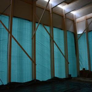 Höga glasfönster ska ge en inlbick i ölbryggningen.